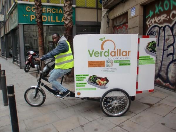 Alpha, treballador de Verdallar, reparteix les cistelles amb el tricicle
