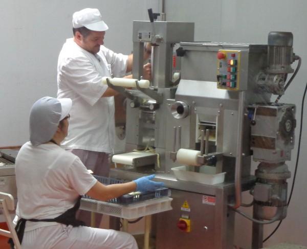 Treballadors de la Fundació Privada Onyar-la Selva, a l'obrador de la pasta fresca