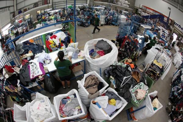 La planta de l'Ametlla gestiona anualment 5.000 tones de roba i calçat usats. Foto: Juanma Peláez