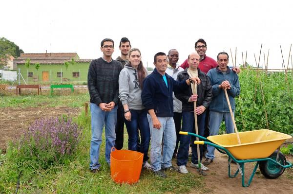 Usuaris de l'associació Agrupa't, que fan hortoteràpia en un hort de Lleida.