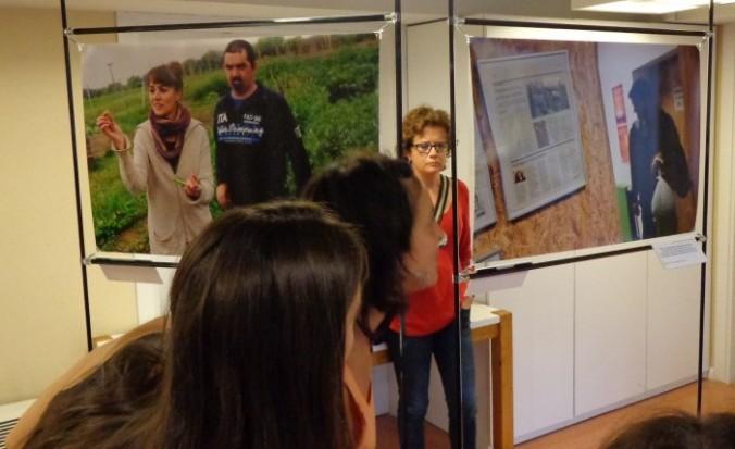 Usuaris del centre cívic mirant l'exposició de fotografies.