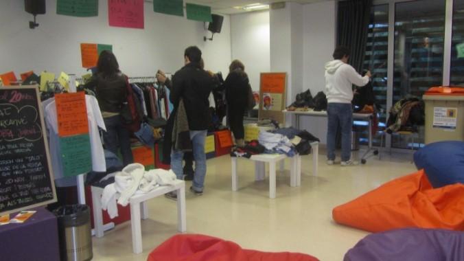 Punt d'intercanvi de roba organitzat per l'Intercanviador Jove Garcilaso.