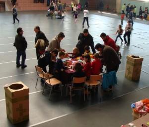 El taller es va fer en una taula dins del pavelló.