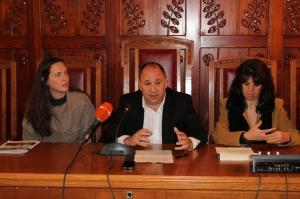 D'esquerra a dreta, Mariana Franzon, d'Humana; l'alcalde, Francesc Colomé, i la regidora de Polítiques Socials, Gisela Santos.