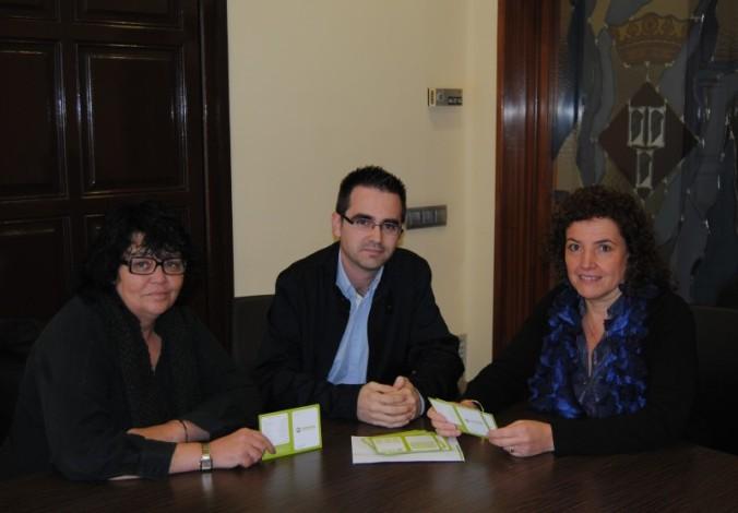 D'esquerra a dreta, la regidora Josefina Olivé; Manel Ruiz, promotor d'Humana i Núria Colomé, alcaldessa de Sentmenat.