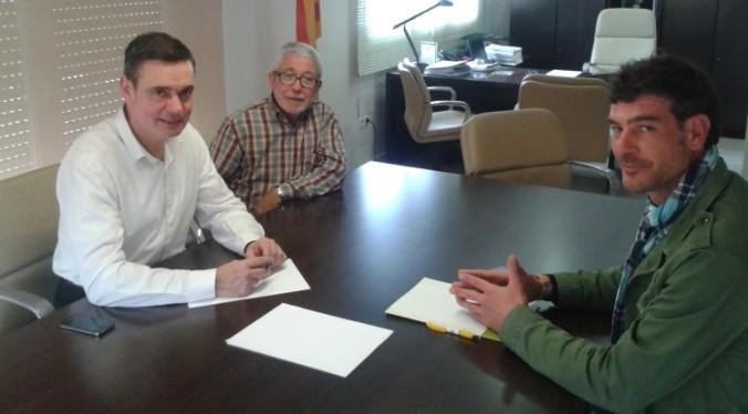 D'esquerra a dreta, l'alcalde Joan Carles Garcia Cañizares;  Jordi Camó, regidor d'Atenció Social, i Antonio Briceño, del departament de Promoció d'Humana.