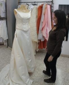 Paqui Batueca, encarregada de la botiga de Provença, 500, amb un dels vestits que s'hi vénen.