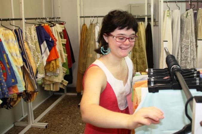 Lídia treballa a una de les botigues de roba de segona mà, gràcies a un acord amb Aura Fundació.