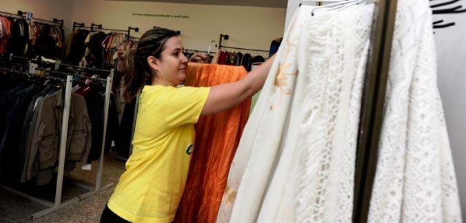 Nora, usuària d'Aura Fundacció, també treballa en una botiga d'Humana.