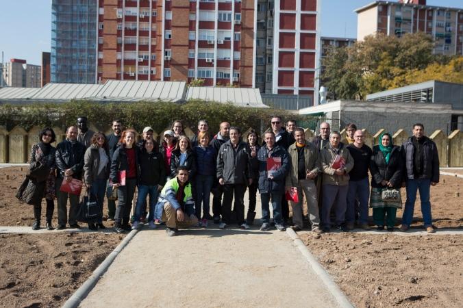 """Foto de """"família"""" de tots els implicats en el projecte: usuaris, representants de l'Ajuntament de Cornellà i Humana."""