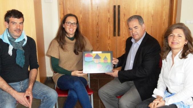 D'esquerra a dreta, Antonio Briceño i Mariana Franzon, representants d'Humana; Humana; l'alcalde, Rafael Ros, i la regidora de Serveis Socials, Montserrat Ametller.