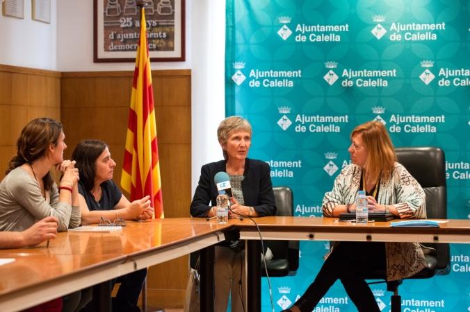 Elisabeth Molnar, directora general d'Humana, intervé durant la signatura del conveni. A la dreta, Montserrat Candini, alcaldessa de Calella.